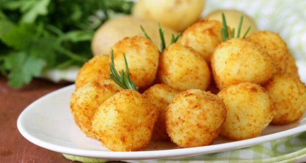 Картофени топки с кренвирш и сос – когато се чудите какво по-различно нещо да приготвите