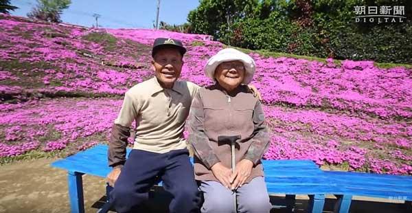 Любящ мъж 2 години превръщал поле в цветна градина за да види пак усмивката на жена си