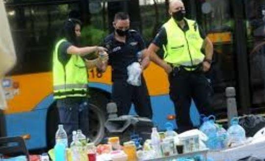 Резилът е пълен! Гладни полицаи закусиха с провизиите на протестърите
