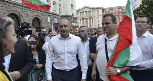 Честният изход: Радев се отказва като президент и става водач на протеста