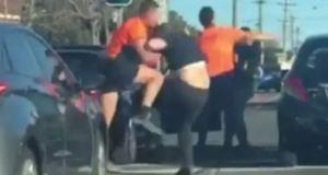 Кретен наби момиче на пешеходна пътека но попадна на по-едър бияч от себе си