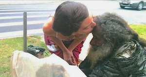 Всеки ден тя поздравява и целува този бездомник