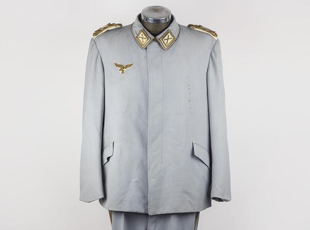 Hvis ellers du har tegnebogen i orden kan du erhverve dig Hermann Görings lyseblå uniform.   Foto: Parade Antiques.