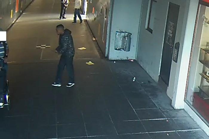 Københavns Vestegns Politi efterlyser denne unge mand, som truede en ældre mand på Albertslund Station. Foto: Politiet.