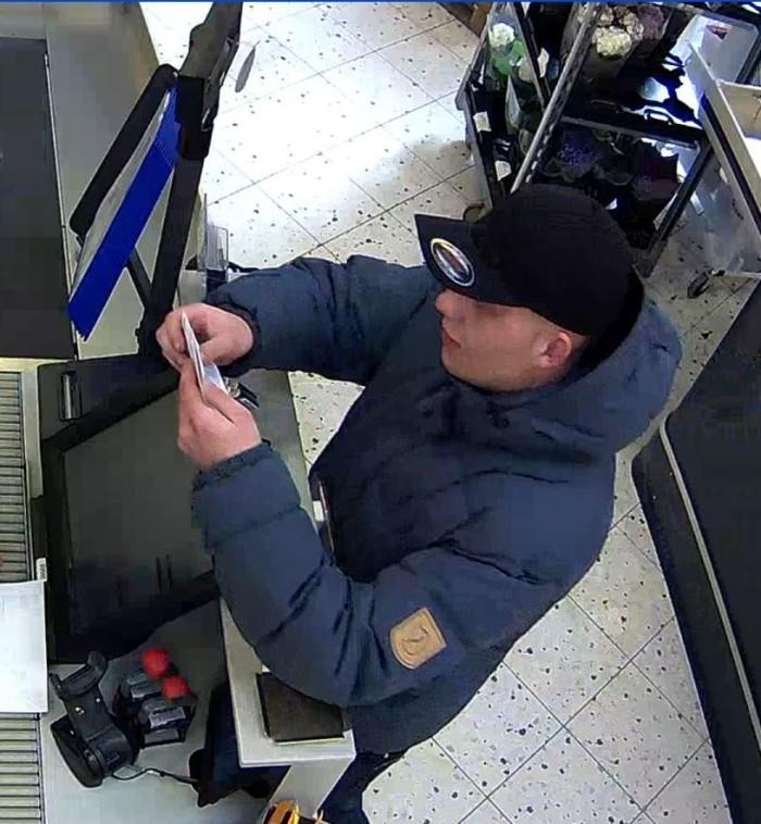 Dankort tyven fanget på overvågningskamera i Silvan i Tilst ved Aarhus.  Foto: Politiet.