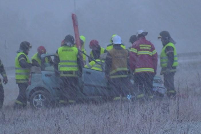 Redningsmandskabet måtte klippe taget af bilen, for at få føreren ud og lagt på spineboard. Foto: Michael Johannessen.