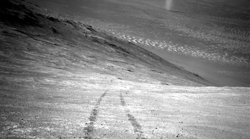 """Den stejle skråning """"Knudsen Ridge"""" er en del af den sydlige del af """"Maraton dalen"""". Foto taget den 31. marts 2016 af Oppertunity. Foot: NASA/JPL-Caltech."""
