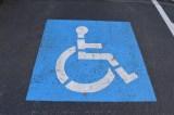 De parkerede på handicapplads – så ridsede 40-årig BMW og fik et knytnæveslag i ansigtet