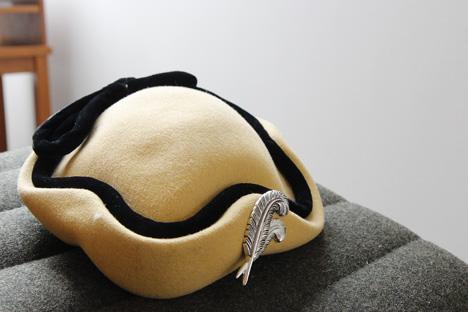 krämfärgad-hatt