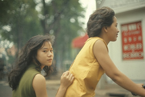 Young Girls on Saigon Streets in the 1960s (26)-1