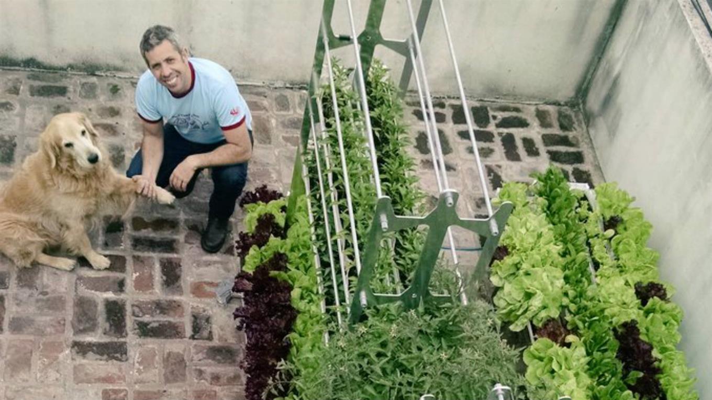 Agustín Casalins y la mascota de todo el grupo en una huerta urbana. Foto: Gentileza Verde al Cubo