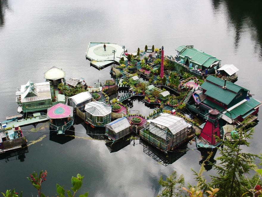 Esta casa flotante en constante evolución incluye una galería de arte, un estudio, un salón de baile y 5 invernaderos