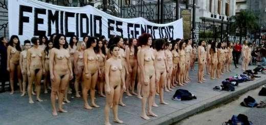 Mujeres desnudas se manifestaron contra el femicidio en Tribunales, Plaza de Mayo y Congreso.