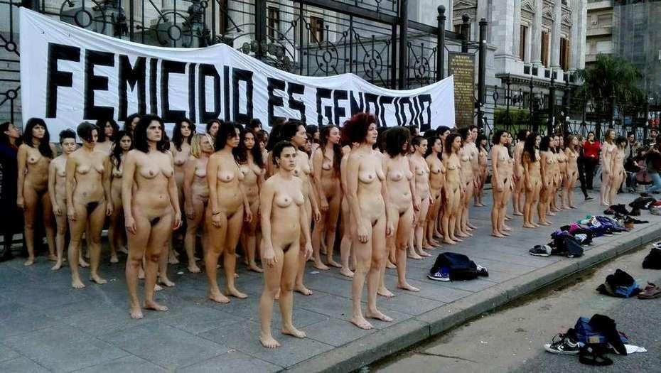 Mujeres desnudas se manifestaron contra el femicidio, en Tribunales, Plaza de Mayo y Congreso.