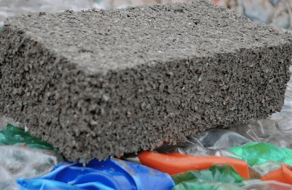 Ecoinclusion. El plástico triturado se mezcla con cemento y luego es prensado para hacer los ladrillos.