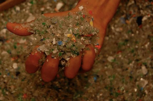 Ecoinclusion. Los plásticos usados se recogen de 90 puntos verdes y luego se muelen
