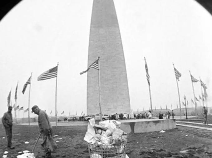 National Mall en Washington, durante el día siguiente a la celebración del Día de la tierra. La imagen del lugar lleno de basura contrasta con el mensaje que se intentó transmitir el día anterior.