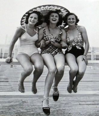 source: www.retronaut.com/2013/02/deauville-beach-fashion/