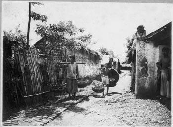 1. Bưởi - Yên thái - Quận V (8-1930) Đường nhỏ trong làng Bưởi, gánh vỏ dó đã ngâm để làm giấy bản
