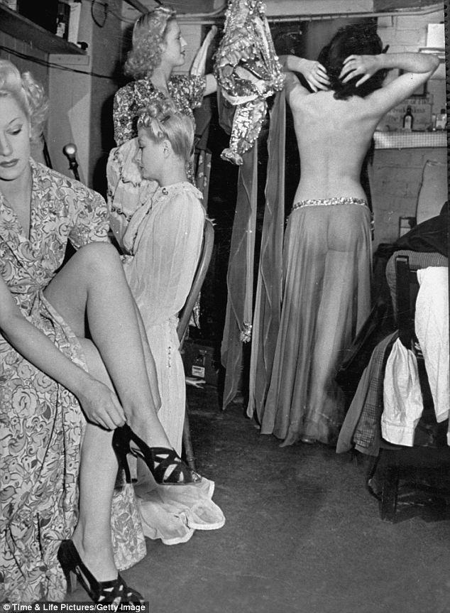 maudelynn:</p> <p>Showgirls backstage at the Windmill Theatre c.1942.<br /> viahttp://entrehilosycuerdas.blogspot.com</p> <p>Vintage backstage beauties. Love the shapely ass through the diaphanous skirt!