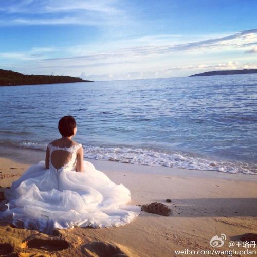 Wang Luodan in wedding dress on beach