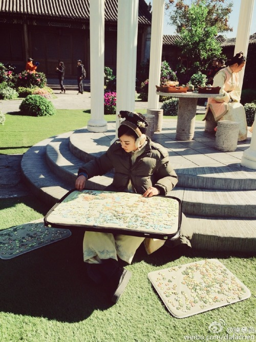 Ivy Chen solving puzzles during the Qing Dynasty