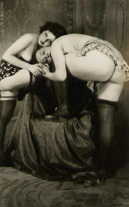 Lovely vintage ladies just getting warmed up. A wonderful ass.