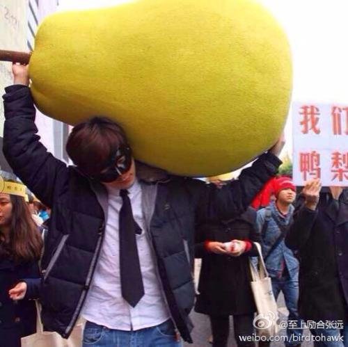 Zhang Yuan with giant pear