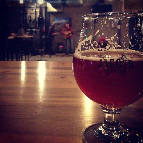 Great beer (Redpoint - Belgo-American Red Rye Double IPA) at Jagged Mountain with some amazing live music #drinkandspoon #craftbeer #craftbeercommunity #instabeer #beer #jaggedmountain