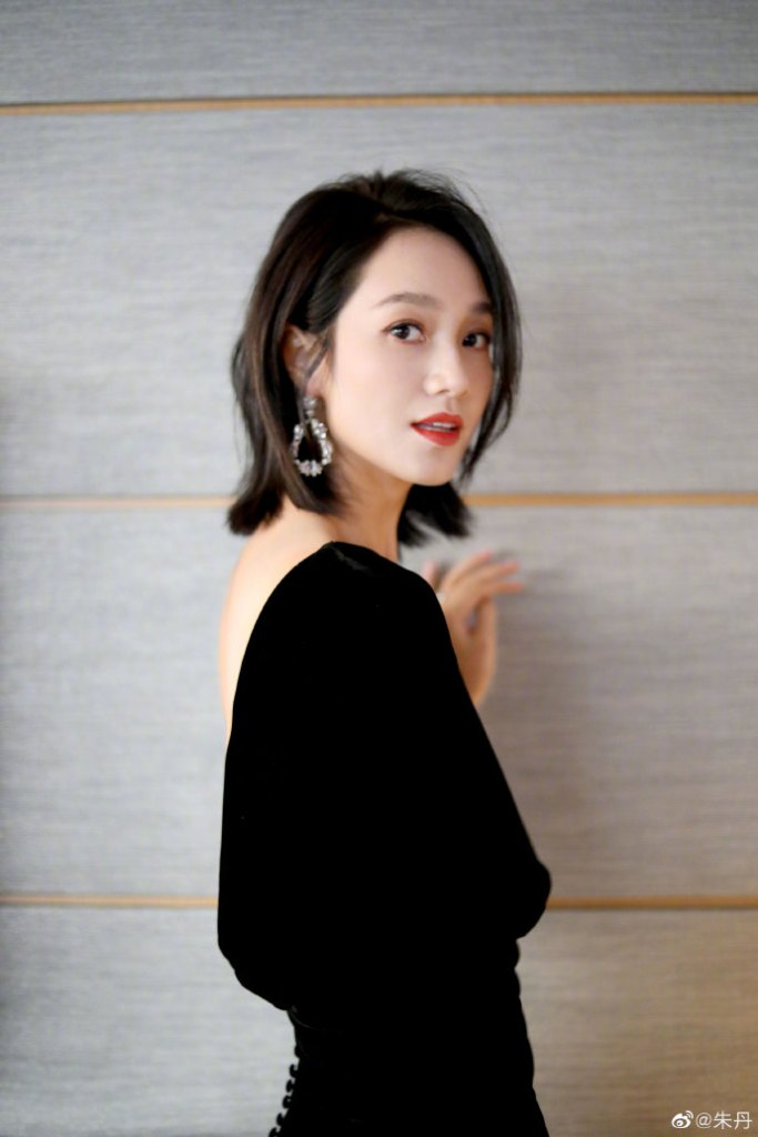 Host, Zhu Dan, Apologizes for Mixing Up Guli Nazhi and Dilraba's Names at 2019 COSMO Glam Night