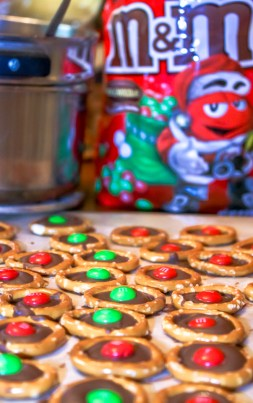 Christmas Pretzels with M&Ms