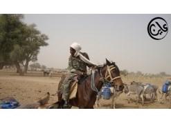 جندي من قبيلة بني حسين أثناء حراسته للمنطقة المتاخمة لمنجم جبل عامر