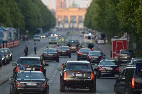 The motorcade of US President Barack Obama drives towards the Brandenburg Gate after their arrival in Berlin, Germany, 18 June 2013. Photo: Rainer Jensen/dpa