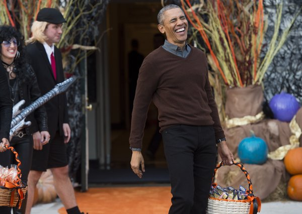 US President Barack Obama arrives to hand out treats to children trick-or-treating for Halloween on the South Lawn of the White House in Washington, DC, October 30, 2015. AFP PHOTO / SAUL LOEB        (Photo credit should read SAUL LOEB/AFP/Getty Images)