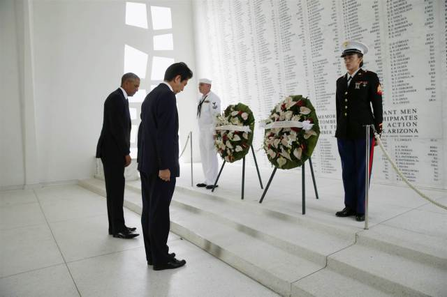 161227-obama-abe-pearl-harbor-wreath-438p_3f6a02cc744017c922e9302cb2b1c8e2-nbcnews-ux-2880-1000