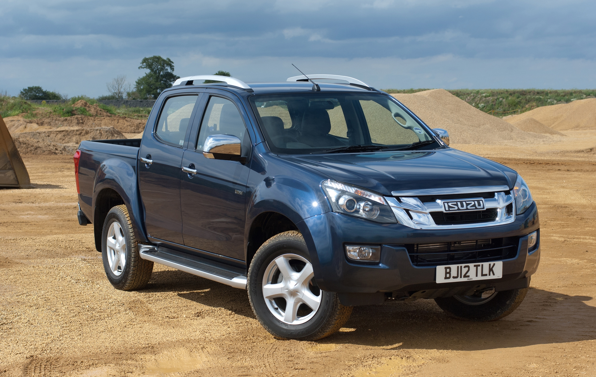 hight resolution of stephen briers fleet news editor commented the d max s five year 125 000 mile warranty and two year service plus competitive running costs swayed the