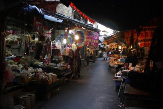 淡水もメインストリートから離れると時が止まったような商店街がある。日暮里の駄菓子問屋ってこんな雰囲気だったよなあ。
