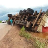Caminhão com refrigerantes tomba em rodovia do Acre após motorista tentar desviar buraco