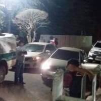 Urgente: Populares revoltados tentam invadir delegacia de Brasiléia e linchar acusados de latrocínio