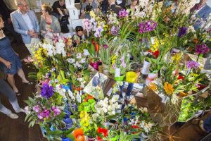 """Nederland, Amsterdam 4 september 2014 3D ORCHID CLOUD ONTHULD OP DE INTERNATIONALE DAG VAN DE ORCHIDEE Design meets nature in 5 meter lang, 1.5 meter hoog kunstwerk van Janne Kyttanen Vandaag, 4 september, is het de Internationale dag van de Orchidee. Orchideeën, de meest veelzijdige, natuurlijke beauty's onder de planten staan deze dag letterlijk en figuurlijk in de schijnwerpers. De internationaal vermaarde 3D Artist Janne Kyttanen heeft op verzoek van alle orchideeëntelers die ons land rijk is, verenigd onder """"Art of Life"""" een bijzonder kunstwerk gecreëerd bestaande uit 150 orchideeën in 3D potten. Deze 5,1 meter lange en 1,5 hoge 3D Orchid Cloud werd gepresenteerd in Felix &Foam – een tijdelijke samenwerking tussen het fotografiemuseum Foam, Frame en restaurant Foyer. Het kunstwerk is tot en met maandag te zien, waarna het naar verwachting een tour langs internationale musea zal maken. 150 orchideeën van Nederlandse telers Op spectaculaire wijze is de 3D Orchid Cloud onthuld voor genodigden in Felix &Foam, alwaar de orchideeën op een natuurlijke manier samensmolten met dé 'tech trend' van nu: 3D printing. De """"Orchid Cloud"""" is een cocreatie van internationale 3D kunstenaars onder aanvoering van de Finse 3D goeroe Janne Kyttanen én de kunstenaars in het telen van Orchideeën verenigd onder """"Art of Life"""" (alle Nederlandse Orchideeën telers.) De Nederlandse telers stuurden elk hun mooiste orchidee naar de Keizersgracht, waarna bloemsierkunstenaar Pim van den Akker de styling van deze 150 orchideeën die het kunstwerk rijk is voor zijn rekening nam. Hij koos de Kleur van het jaar 2014, Radiant Orchid, uit voor een mooi plaatsje in de Cloud. Iedereen die zich ook wil laten inspireren door """"Design meets Nature"""" kan dit doen in Felix &Foam tot en met zondag aanstaande. Nederlandse tuinders de orchideeën kampioenen van Europa Na ontwerpers als Jan Taminiau, Jan Jansen en Philip Treacy, de Britse hoedenkunstenaar die het ontwerp op de Dag van de orchidee 2013 voor zijn reke"""