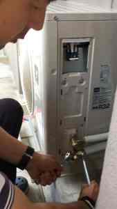 トルクレンチを使って規定トルクでボルトを締め付け 中間市にてエアコン取り付け