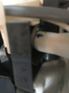 エアコン室内機のドレンホースはビスで止めてあるタイプ