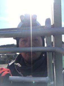 屋根から降りる前にとりあえず自撮り写真を。地上に降りるまで緊張した面持ちでした。