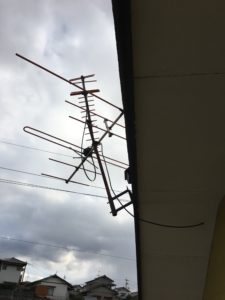 アンテナのサイドベースが外れかけた八木アンテナ 中間市にて