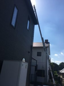 二階の屋根かなり高いです。ハシゴ用アタッチメント リリーフ・ロング で、雨樋を潰すことなく梯子が架けられます。