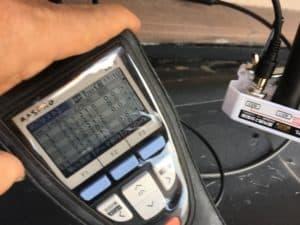 二分配器を取り付けて電波のレベルを確認しながら工事を進めます。