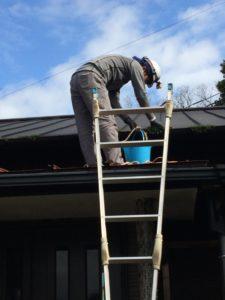 アンテナ工事ついでに雨樋の掃除をしているヒロさん。