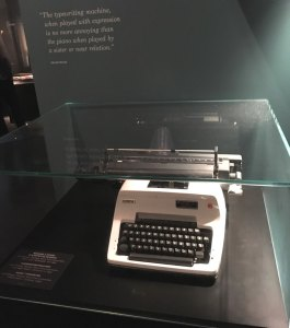 Machine à écrire et pianistes, une citation d'Oscar Wilde et nos meilleurs voeux