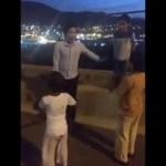 أطفال سعوديين يحاولون اقناع فلبيني بطريقتهم الخاصة بالدخول الى الاسلام