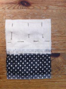 Encara los derechos de las dos piezas y cose por el borde, a 1 cm de distancia.